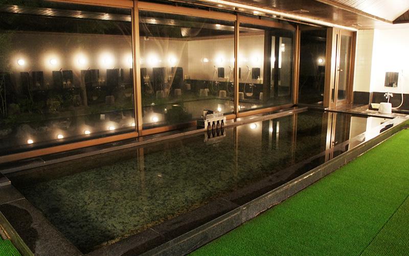 広々としたダイナミックな浴室。大窓から露天風呂を望む